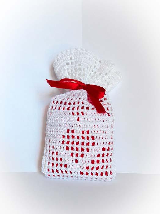 segnaposto matrimonio uncinetto sacchetto portaconfetti con cuore rosso